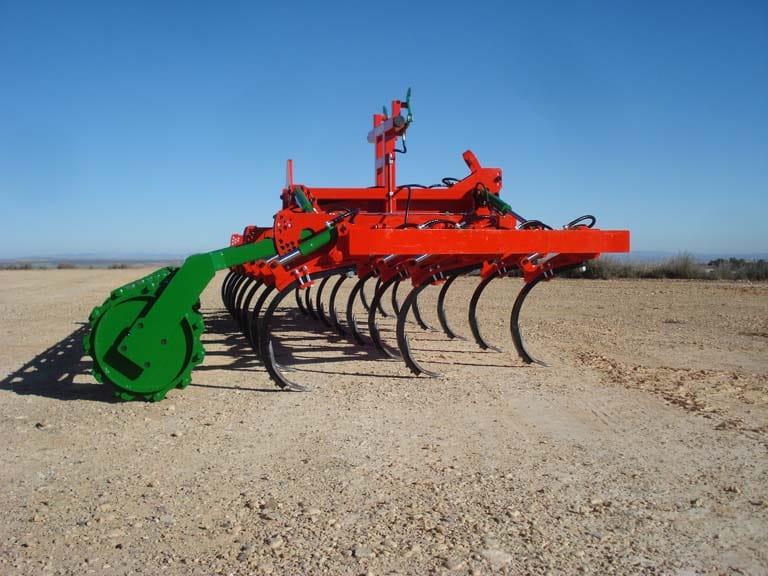 Chisel agrícola de gran despeje con regulación continua