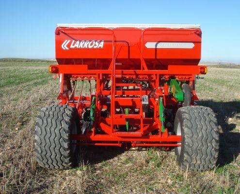 Sembradora agrícola con discos con rueda de control